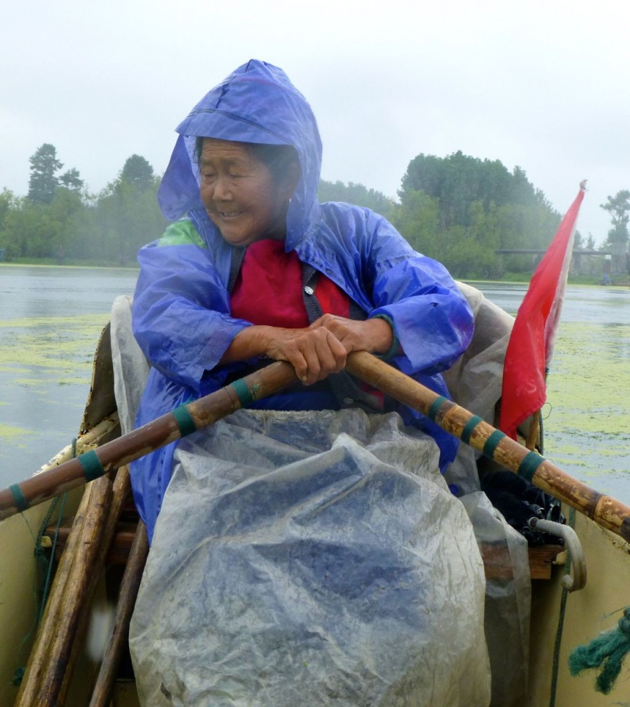 old Bai lady rowing